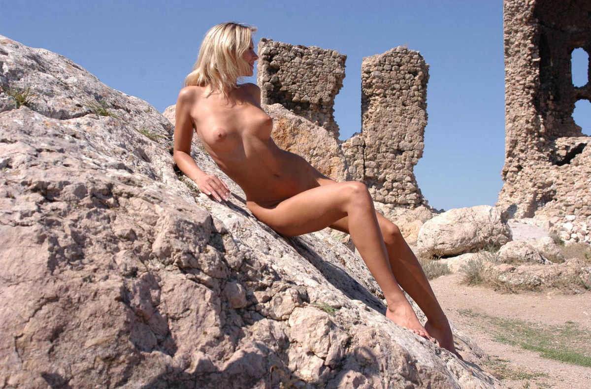 Perfect babe with amazing body is undressing at ruins ...