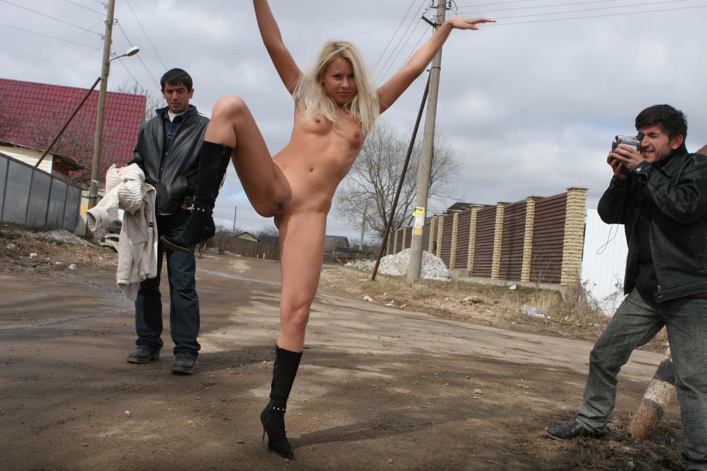 Фото раздевающихся перед мальчишками, Русая девушка разделась догола. Фото эротика 25 фотография