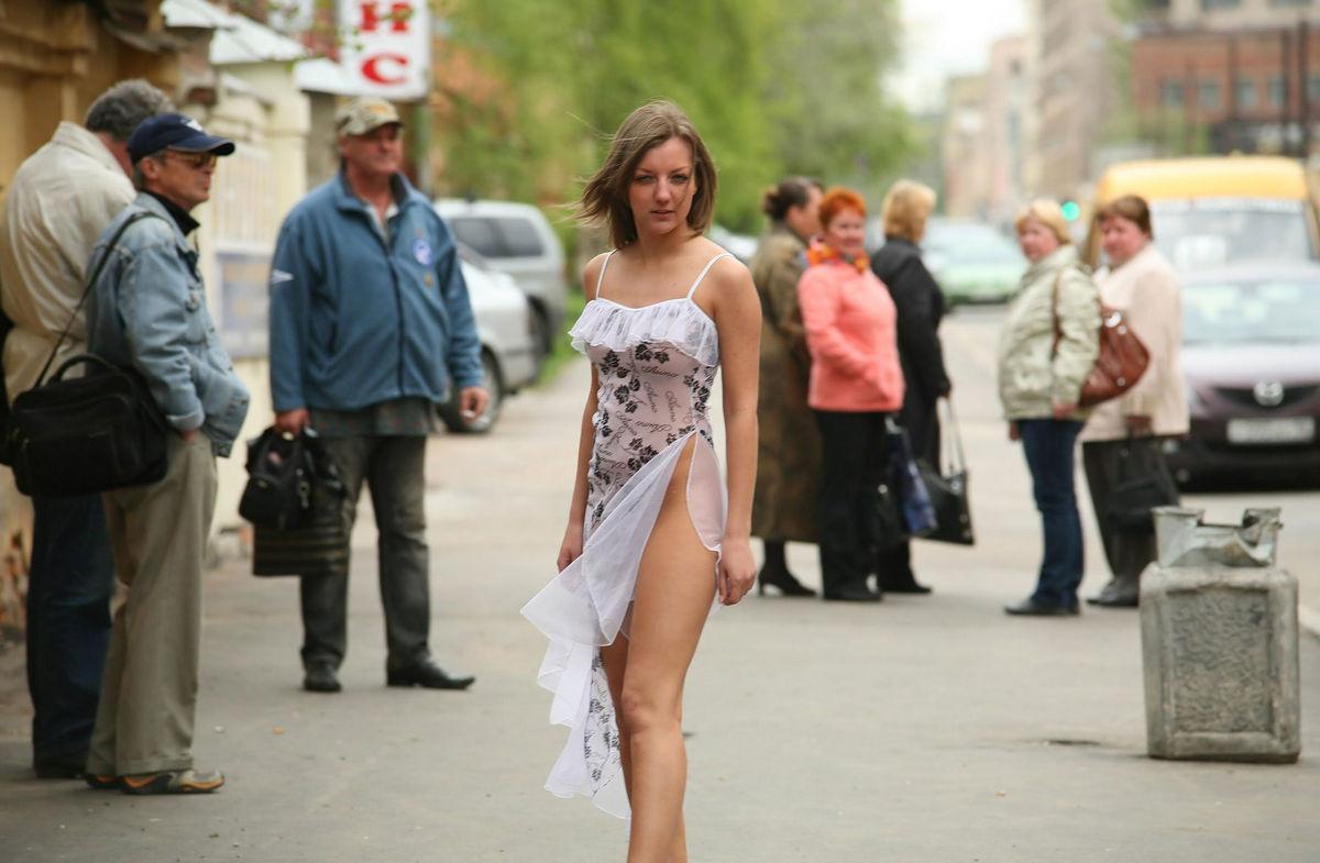 вставил подглядывание на улицах за девушками без лифчика под одеждой секс умеет делать