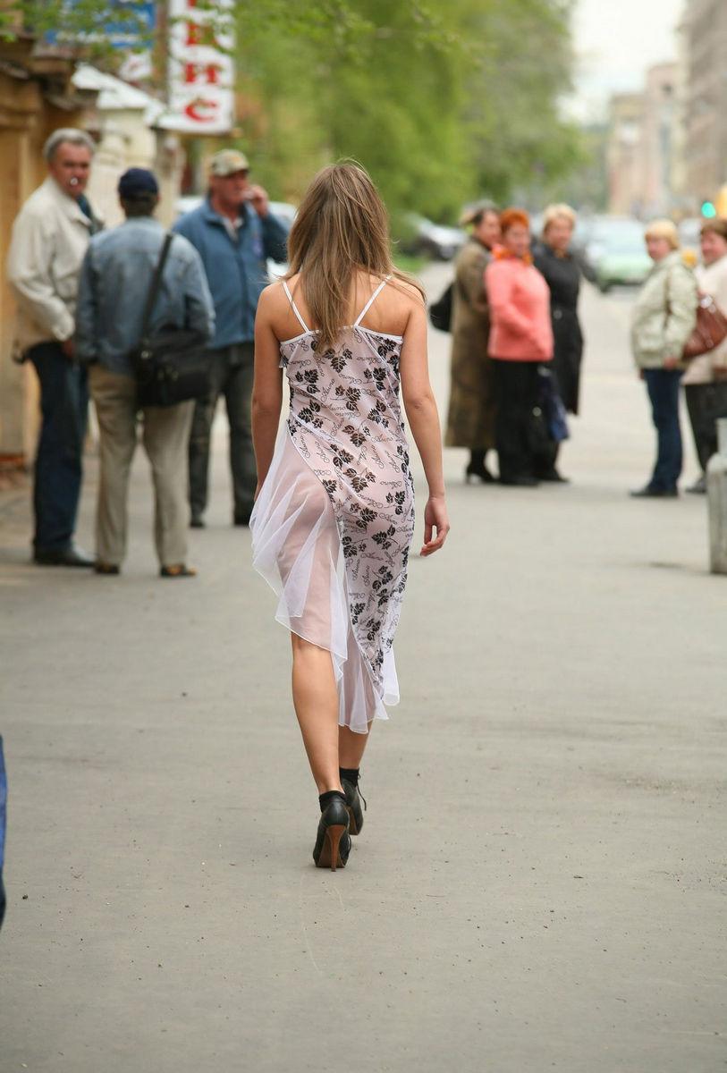 Девушки гуляют без одежды #15