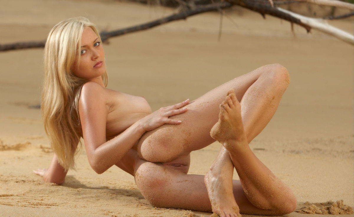 Russian Girl With Perfect Body Is Undressing On The Beach -7562