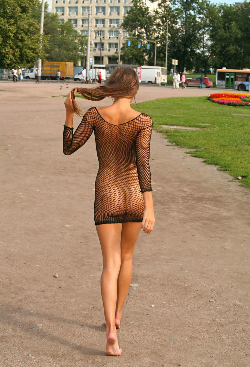 пообедав, девушка в прозрачном платье дрочит его