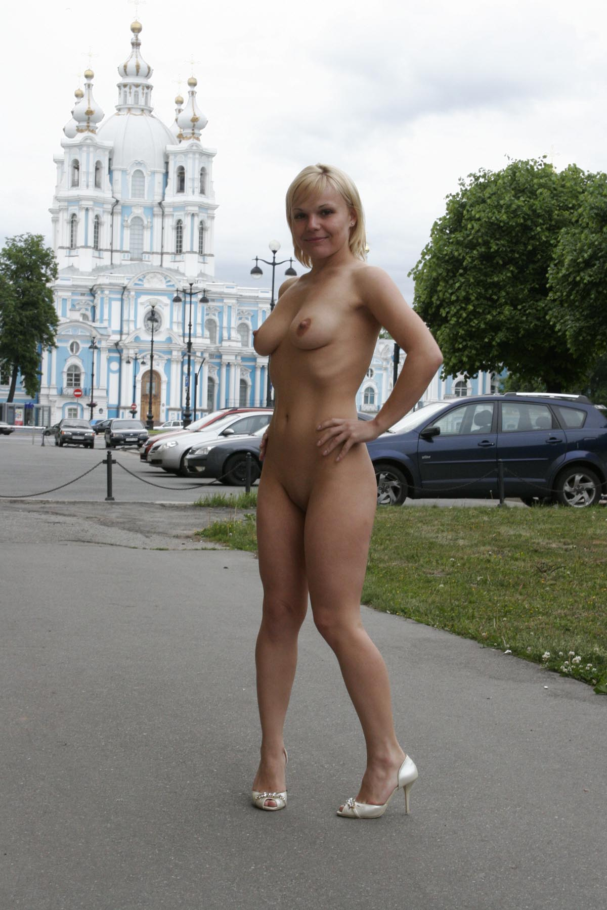 Short Haired Blonde Walks Naked At Pulic Place  Russian -9897