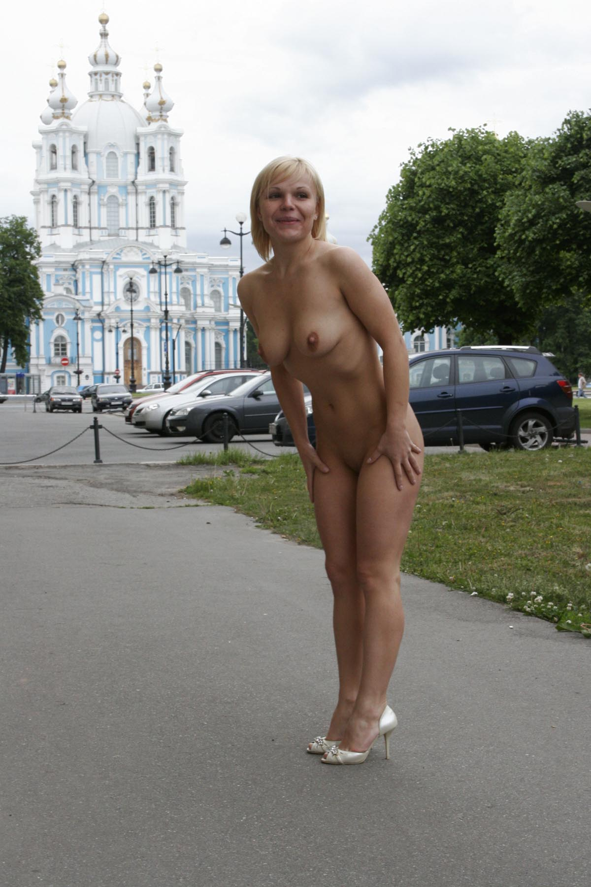 Short Haired Blonde Walks Naked At Pulic Place  Russian -4983
