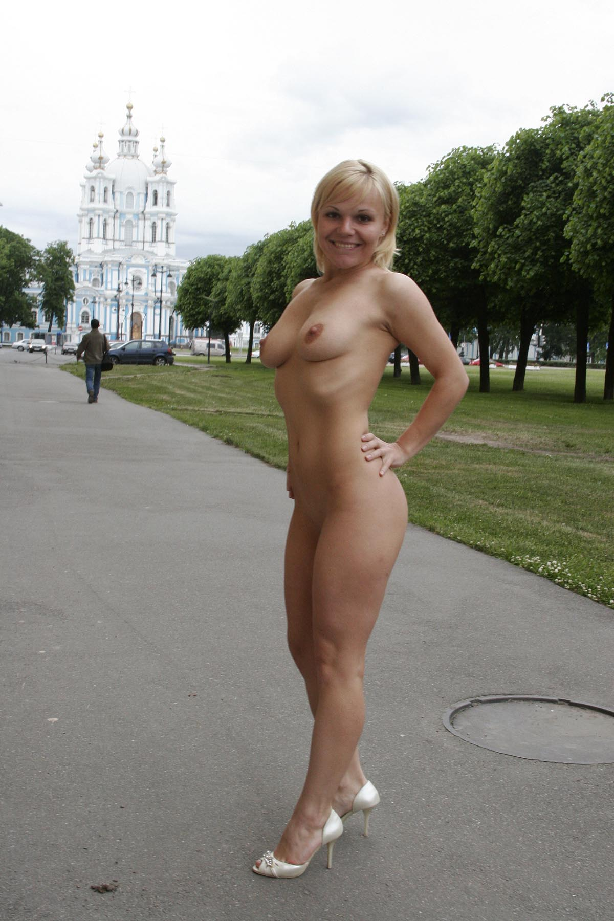 Short Haired Blonde Walks Naked At Pulic Place  Russian -4166