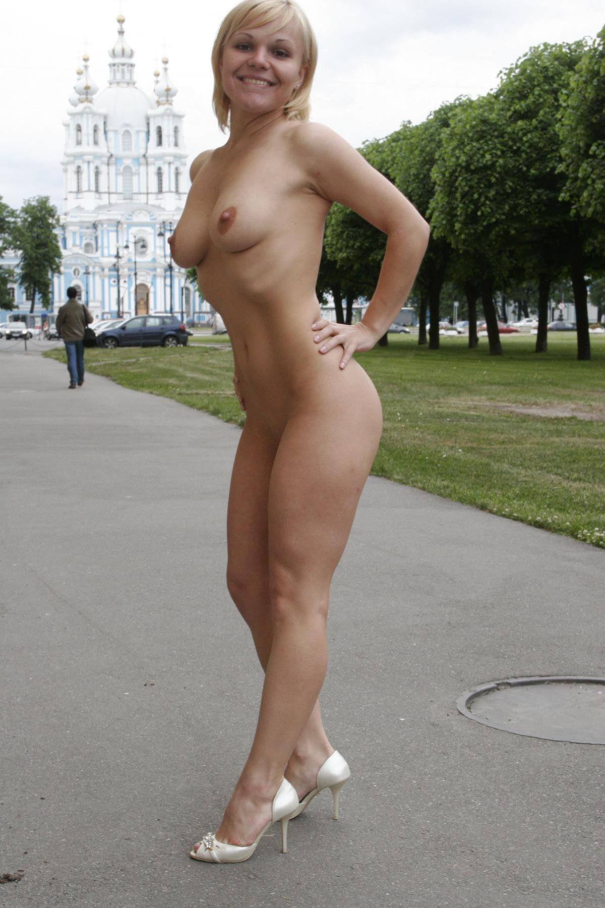 Short Haired Blonde Walks Naked At Pulic Place  Russian -6078