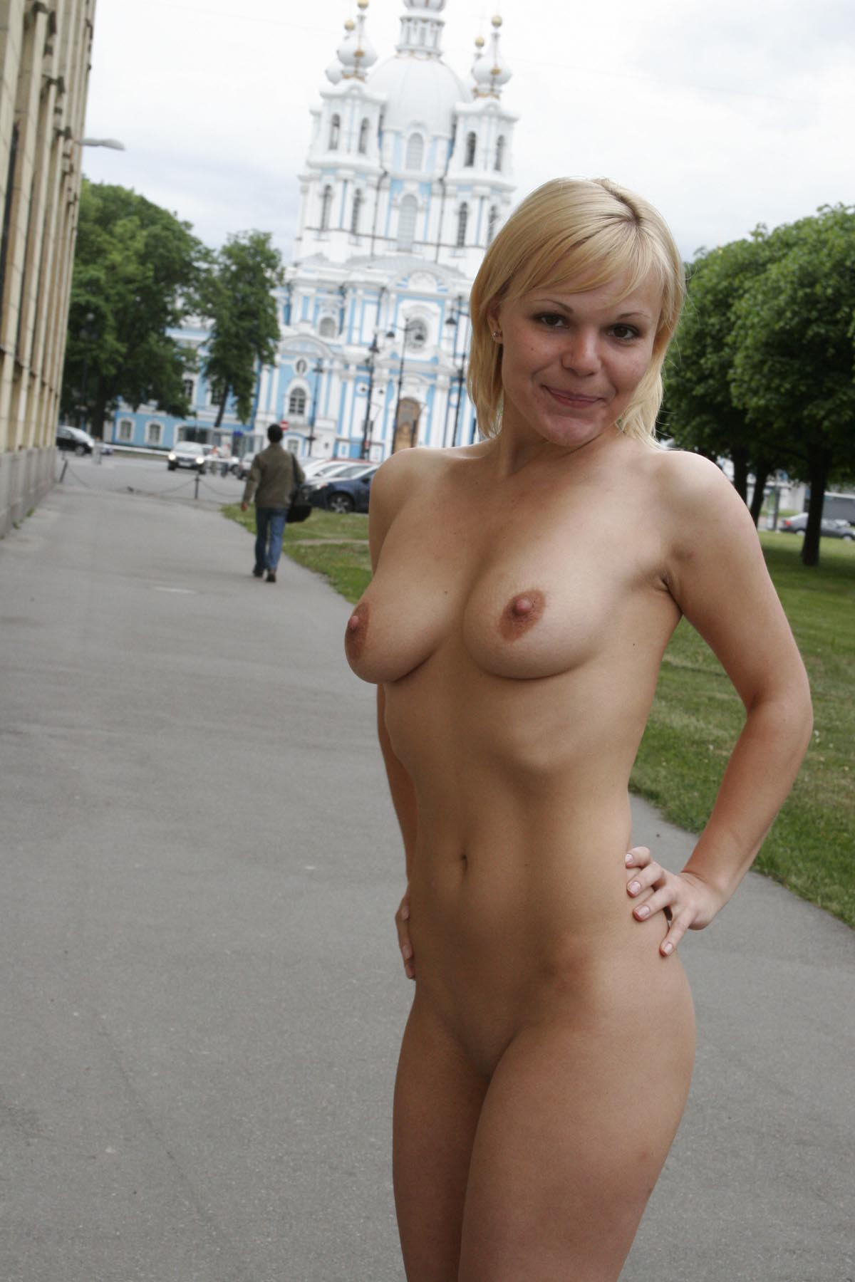 Short Haired Blonde Walks Naked At Pulic Place  Russian -7506