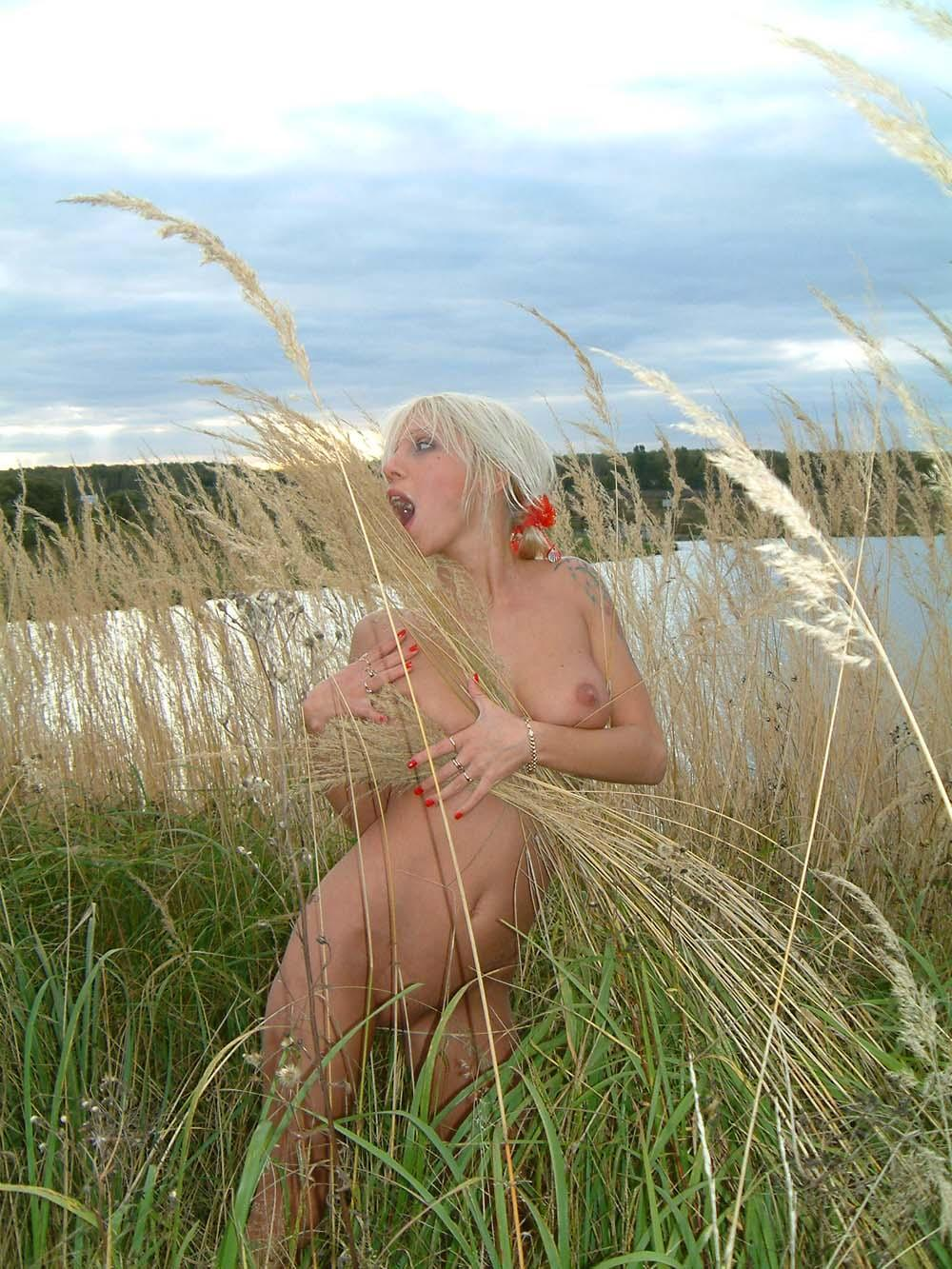Short-Haired Blonde With Big Perky Boobs Walks Outdoors -6505