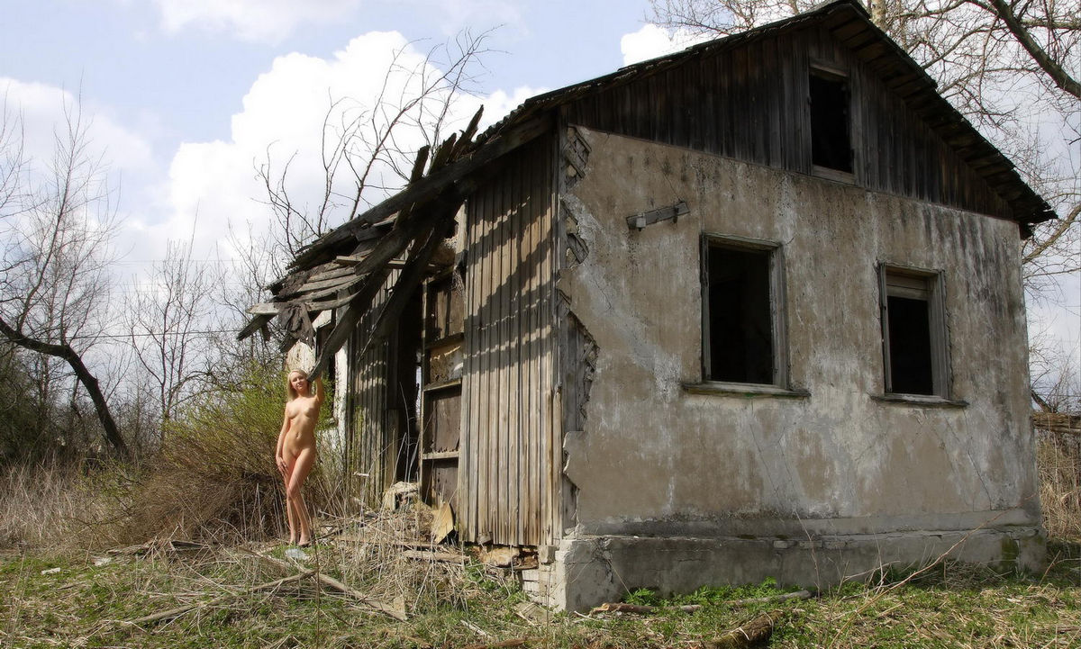 Sporty Russian Blonde Fully Naked Near Abandoned House -4594