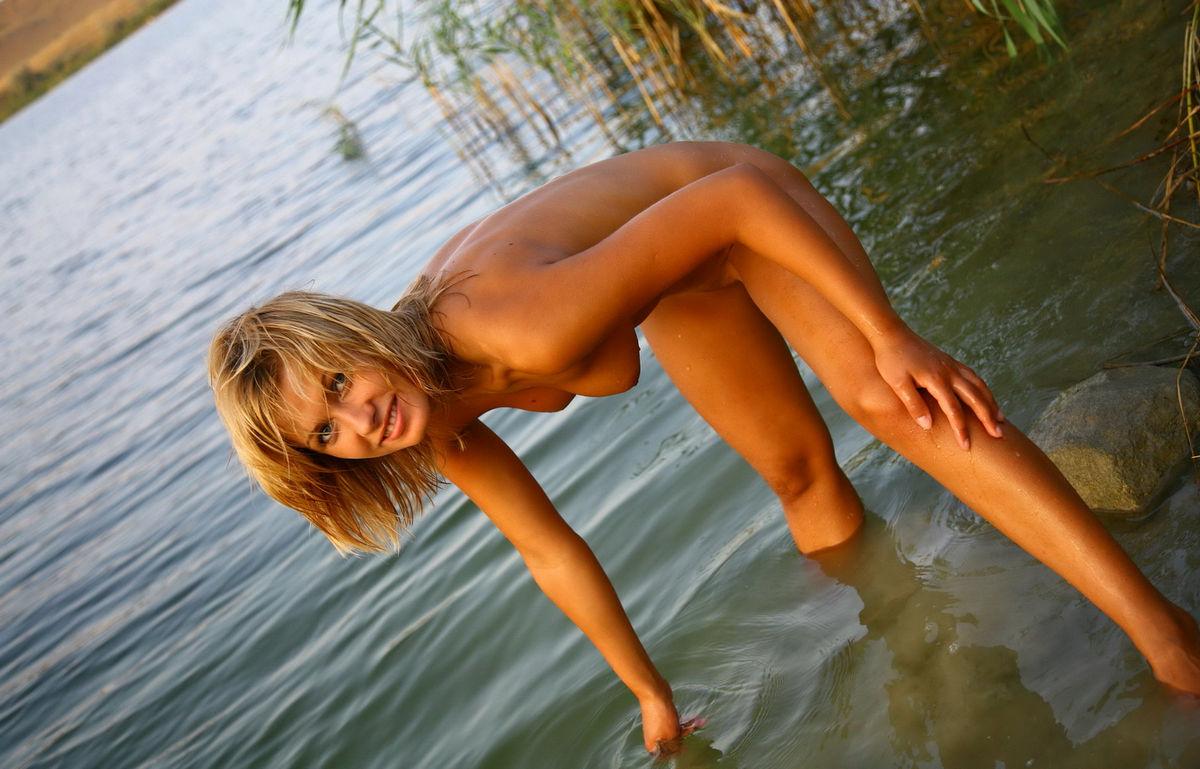 таким голые девки купаются в речке показуют свои дырки фотосессия сексуальная мулатка