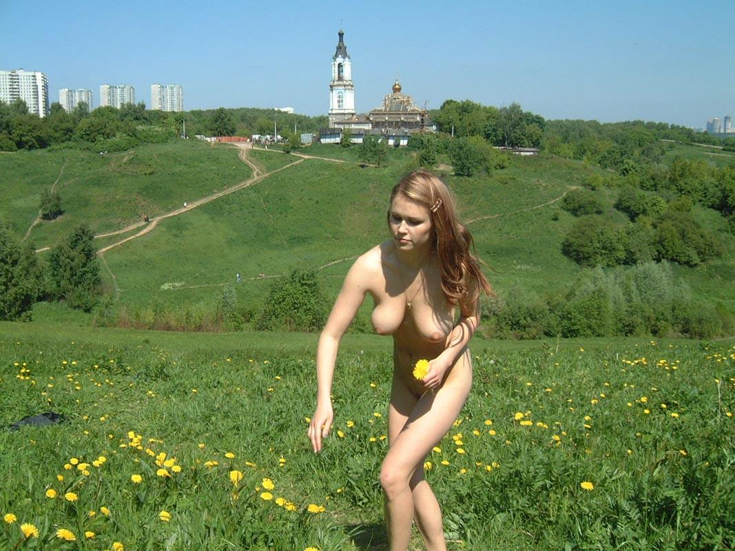 Amateur Russian Girl Takes Off Her Dress And Posing Naked -6497