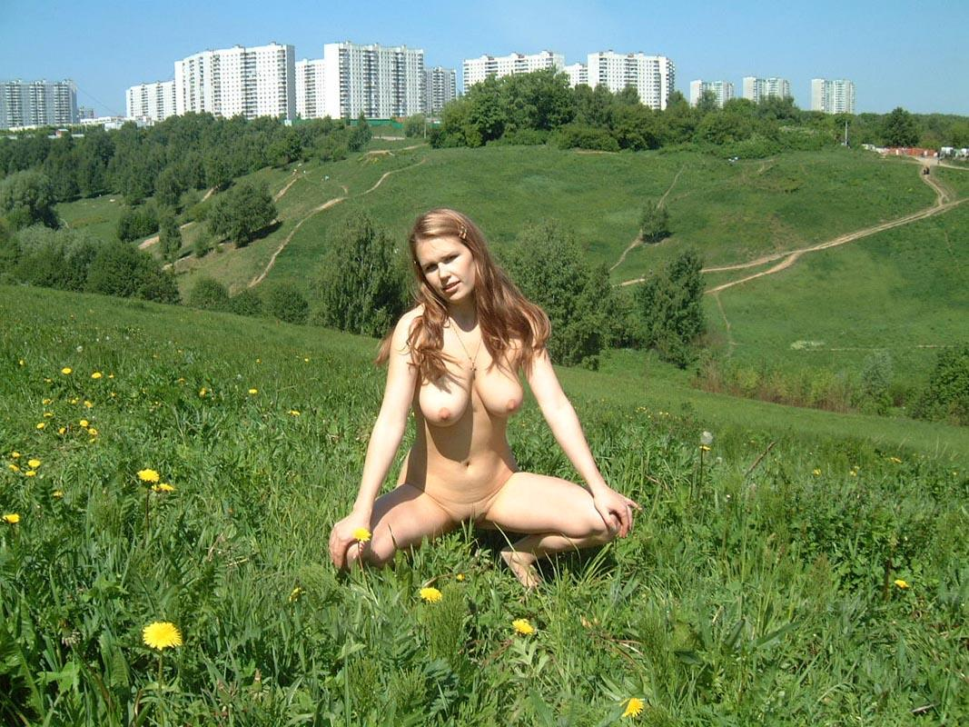 Amateur Russian Girl Takes Off Her Dress And Posing Naked -7715