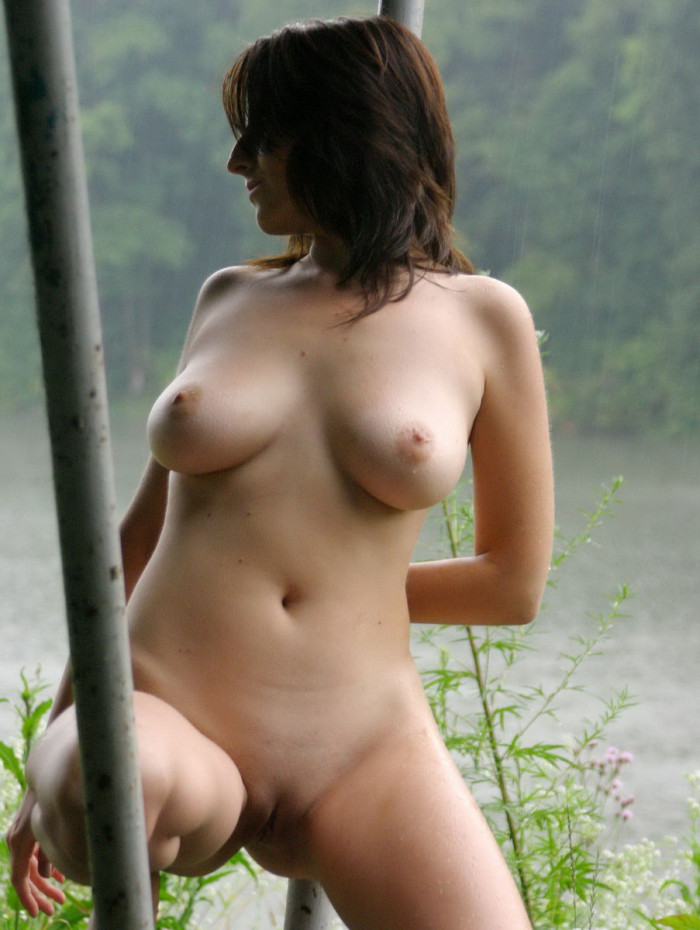 Women posing nude in the rain — photo 5