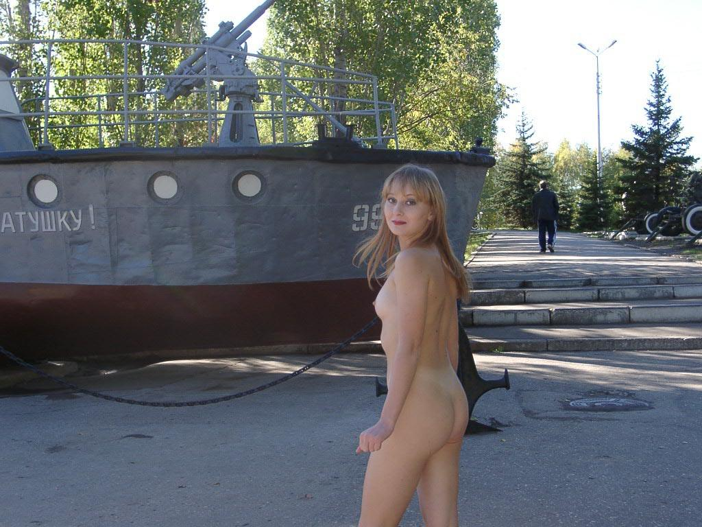 Naked Girl Walks Through The Park In The Middle Of The Day -9801
