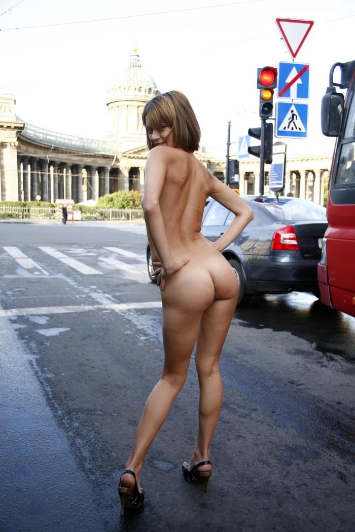 nude-girl-bj-on-the-street