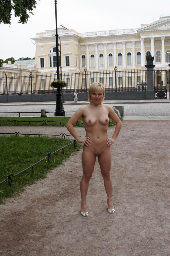 Short Haired Blonde Posing Naked At City Center  Russian -4329