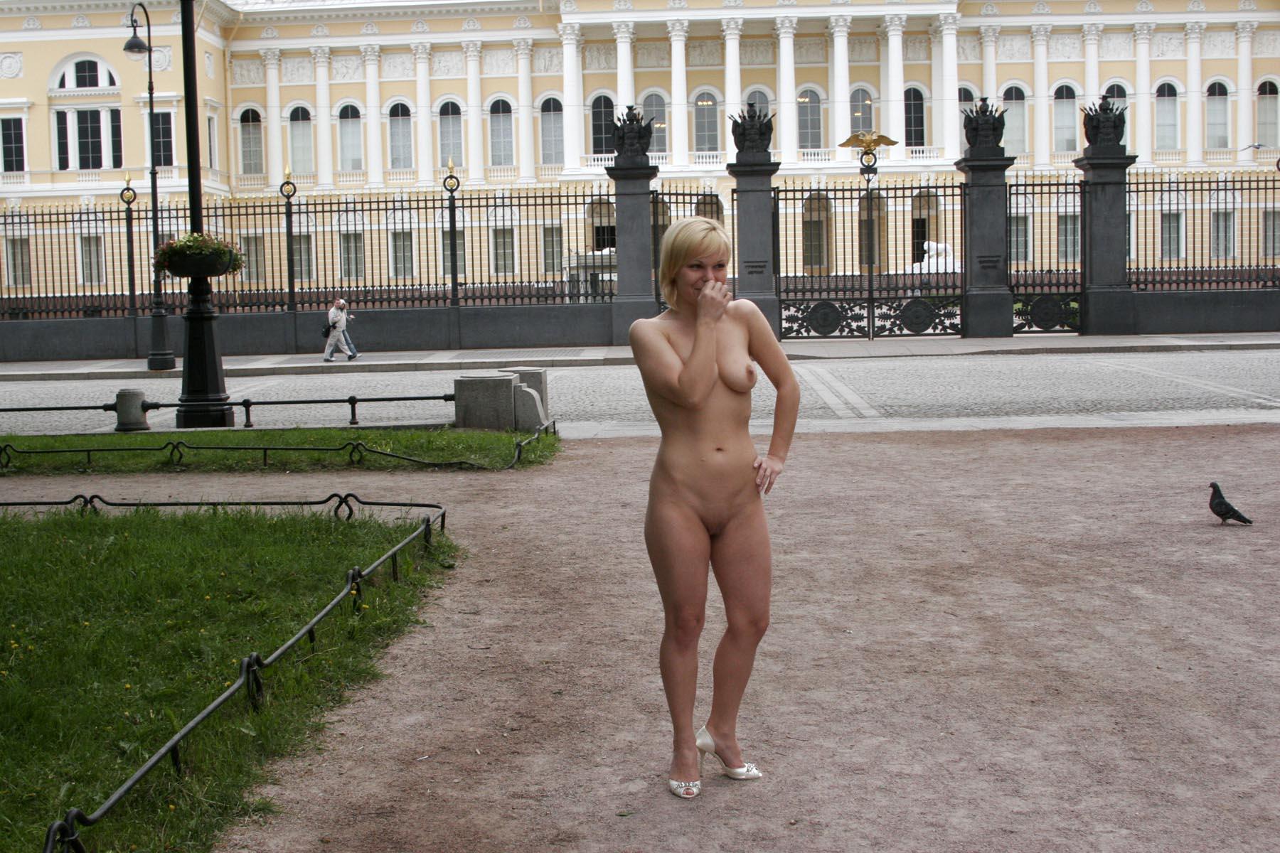 roliki-prezervativah-foto-golie-po-gorodu-sochnih