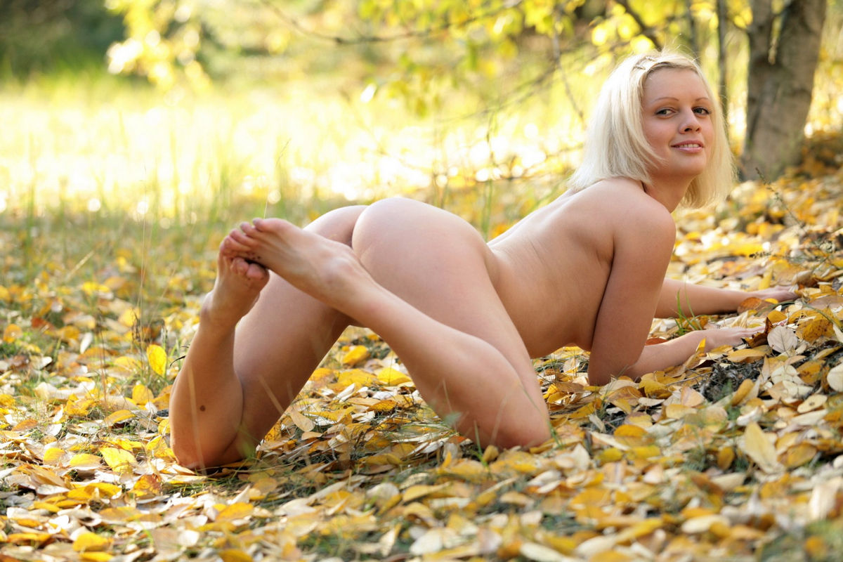 Short Haired Blonde With Great Boobs In Autumn Forest -2330