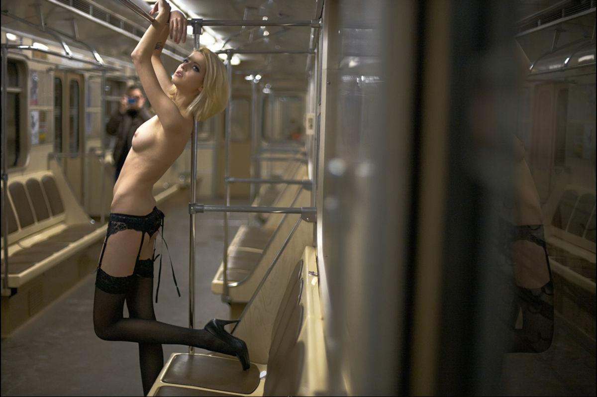 golaya-devushka-v-moskovskom-metro-bistra-seks