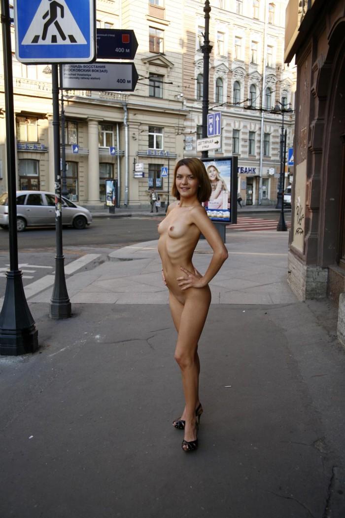 Смелая девушка позирует на улице, фотографии порно и эротика