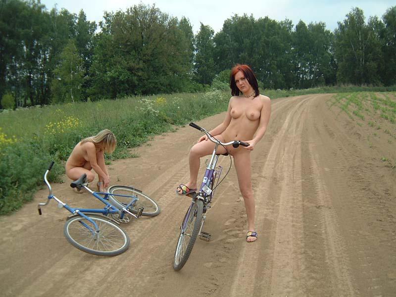голые девушки на велосипедах фото