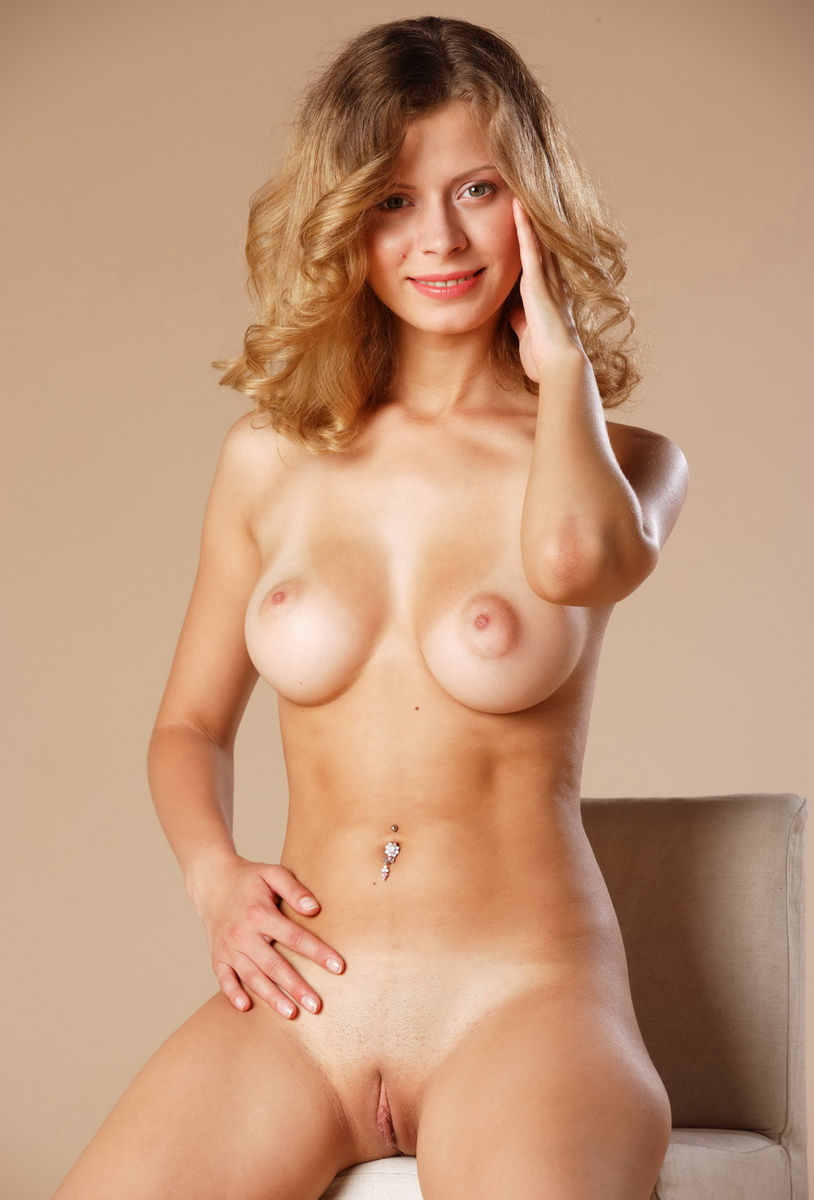 Very Sweet Blonde With Perfect Boobs Exposes Shaved Pussy -8019