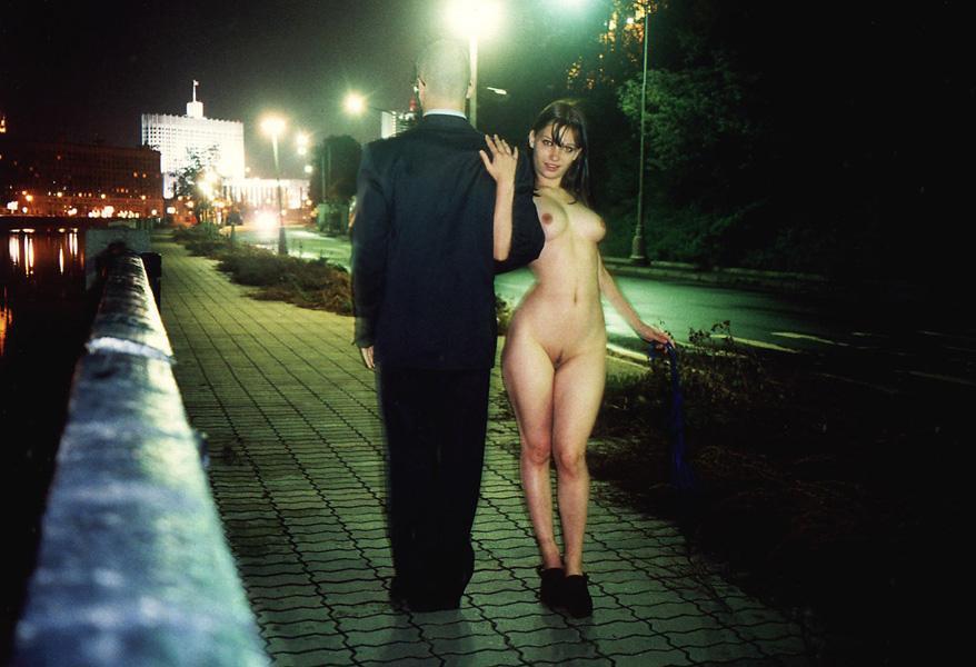 Ходит по городу голая фото