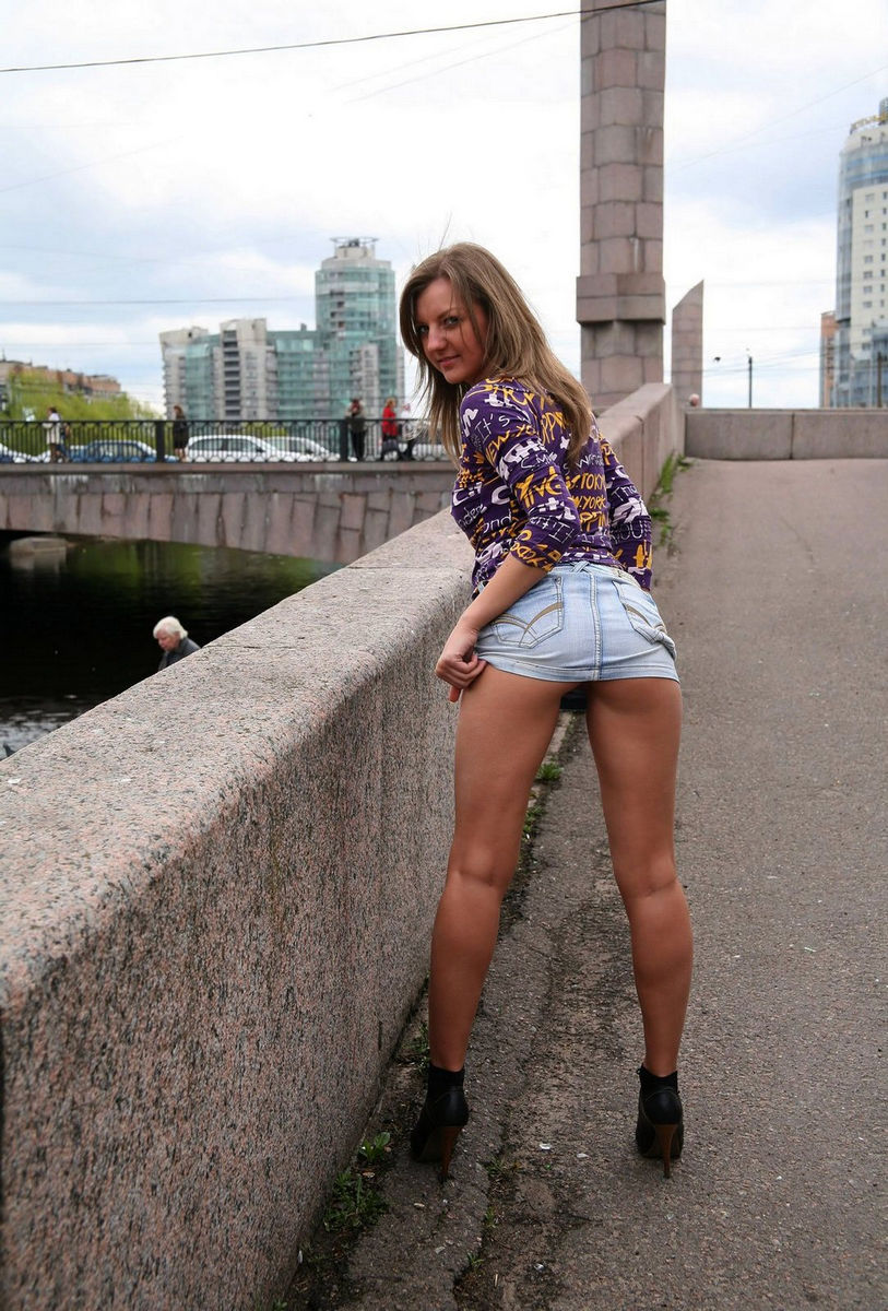 на улице в короткой юбке украина эро