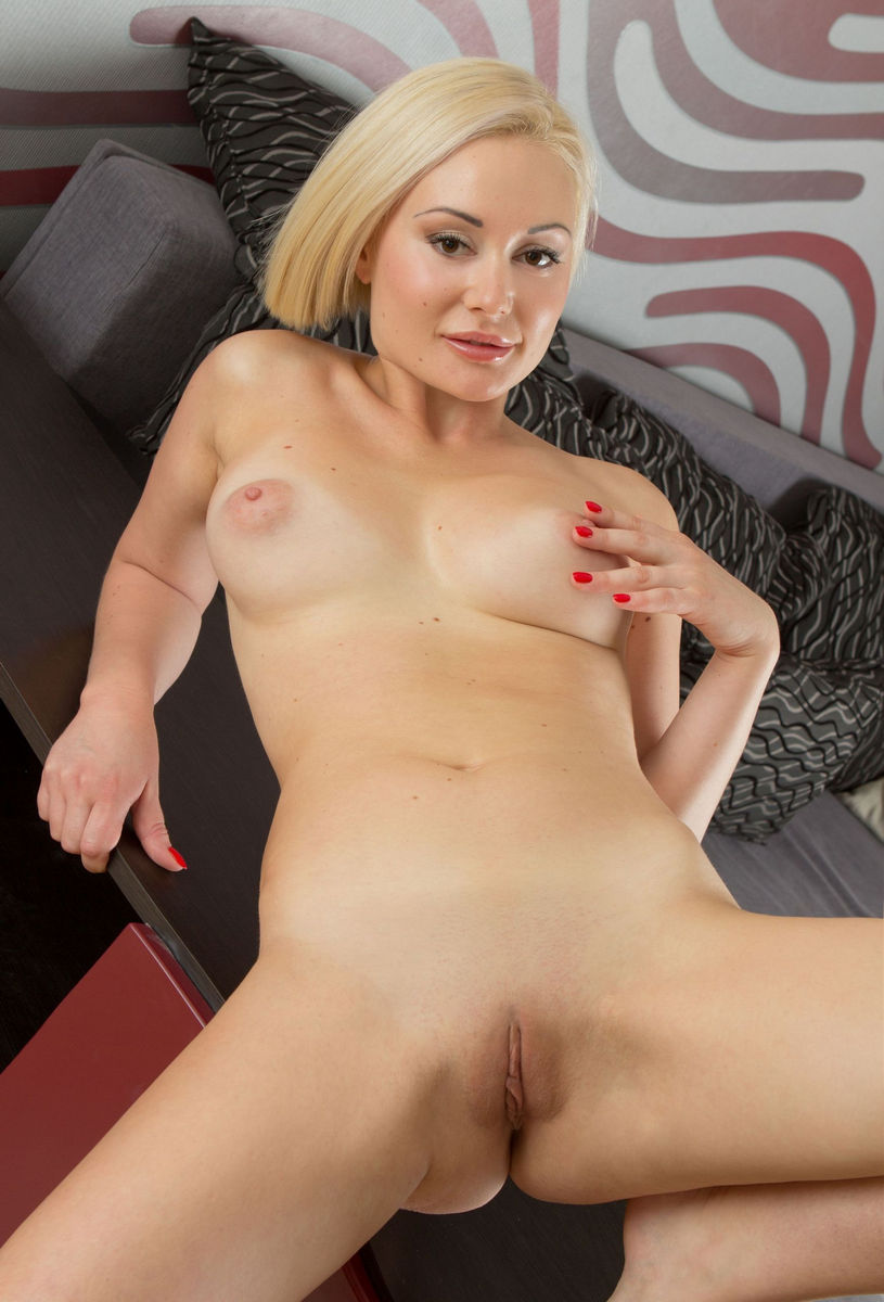 Busty Blonde With Short Hair Shows Her Shaved Pussy Very -9033