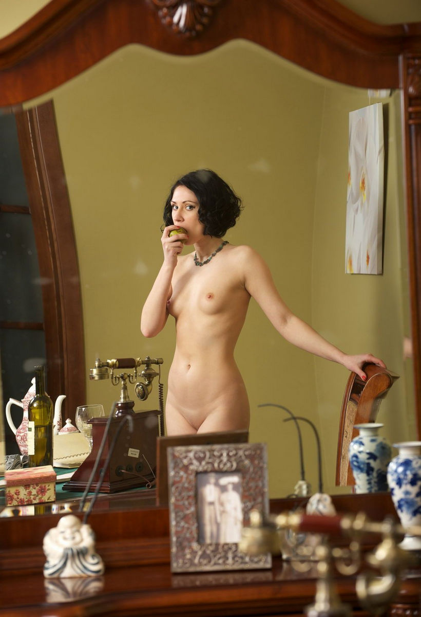 Short Haired Brunette With Shaved Pussy In Vintage Session -5748