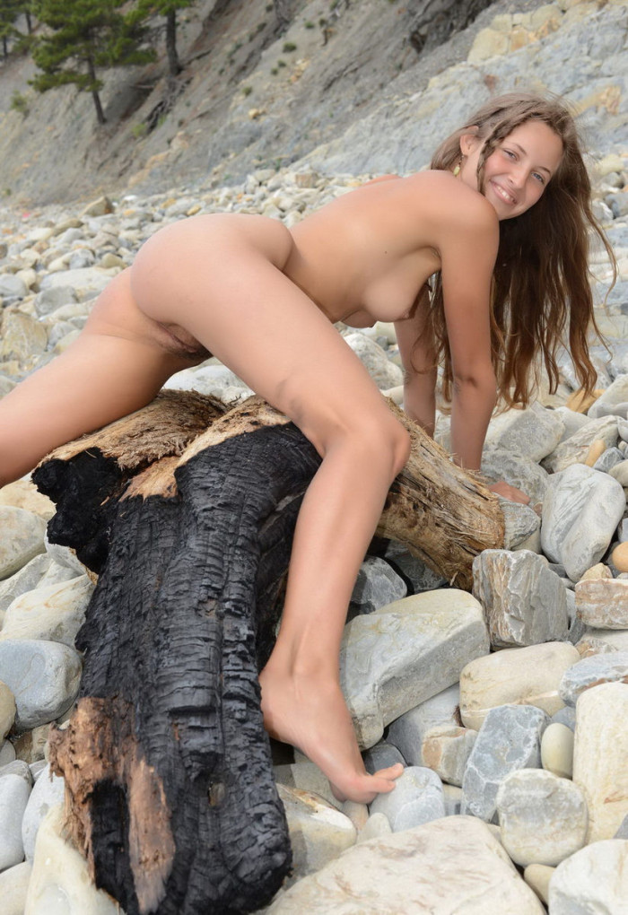 Young Girl With Hairy Pussy And A Good Figure Posing On