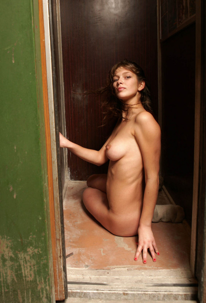 Amateur Russian Chick Takes Off White Panties In Elevator -3149