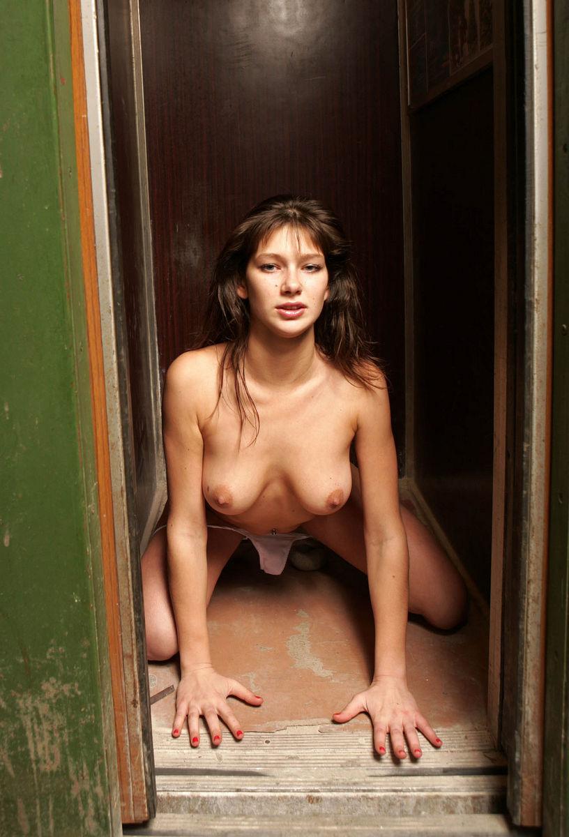 Девка разделась в лифте, девушка на парне секс