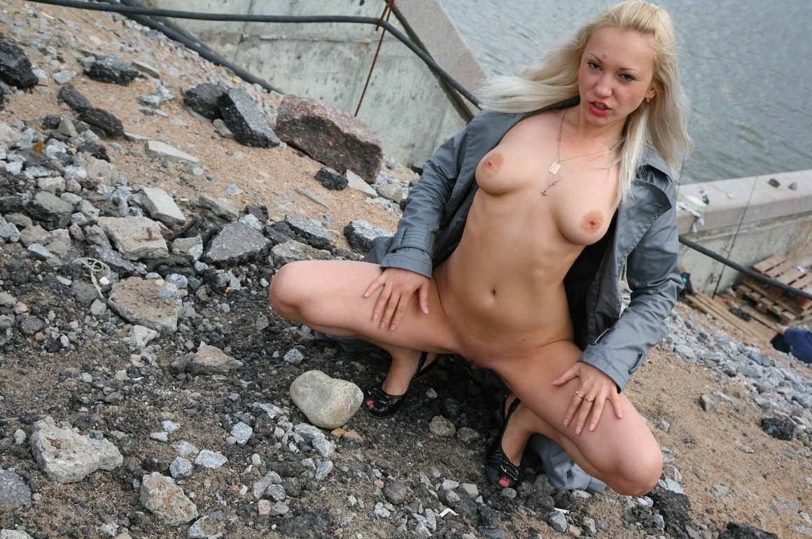 Blonde exhibitionist flashes her charms in construction of ...