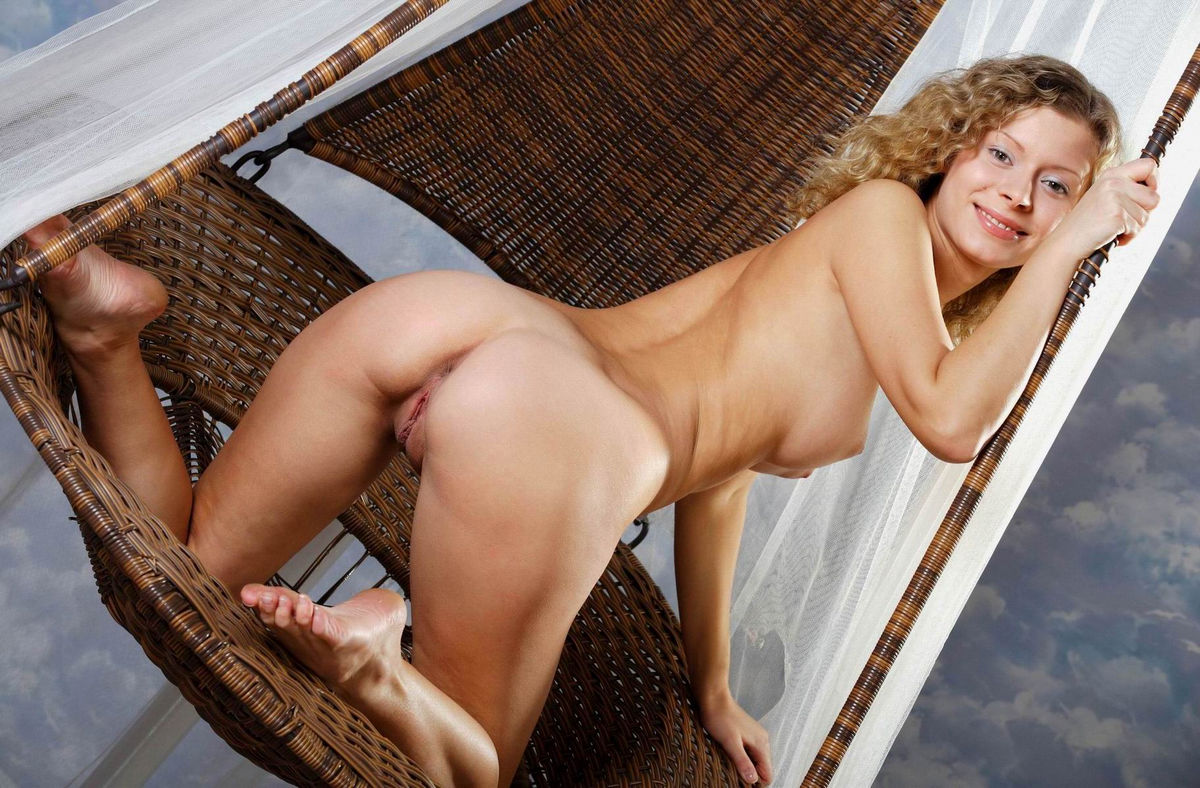 Curly blonde with amazing body demonstrates her holes ...