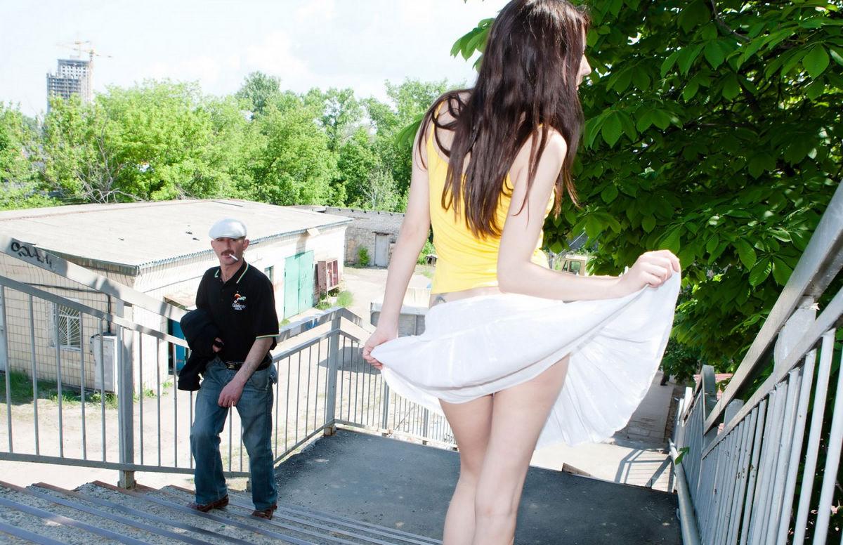 Приподняла юбку фото, Письки под юбкой Фото голых девушек 20 фотография