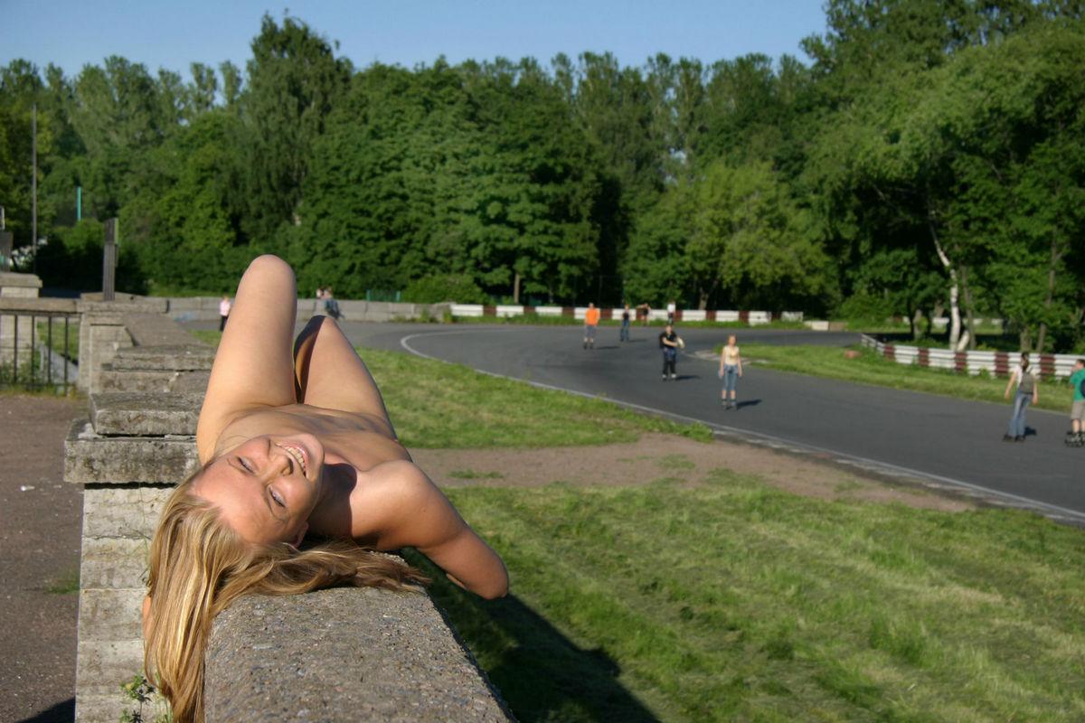 Gola blondinka s čudovitimi joški se vozi na kolesu v javnosti-5759