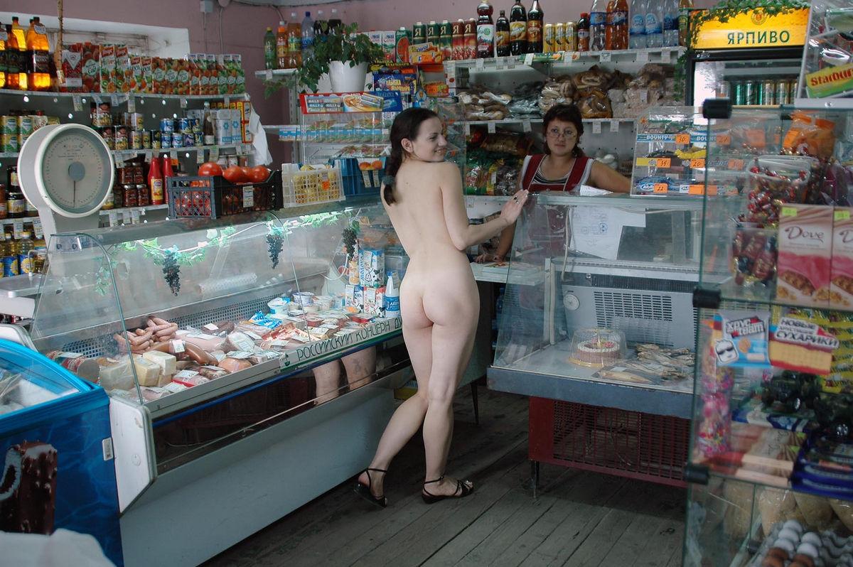 golaya-zhenshina-v-magazine