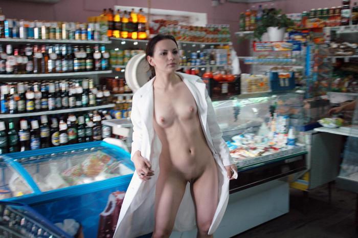 специально дрочит в магазине