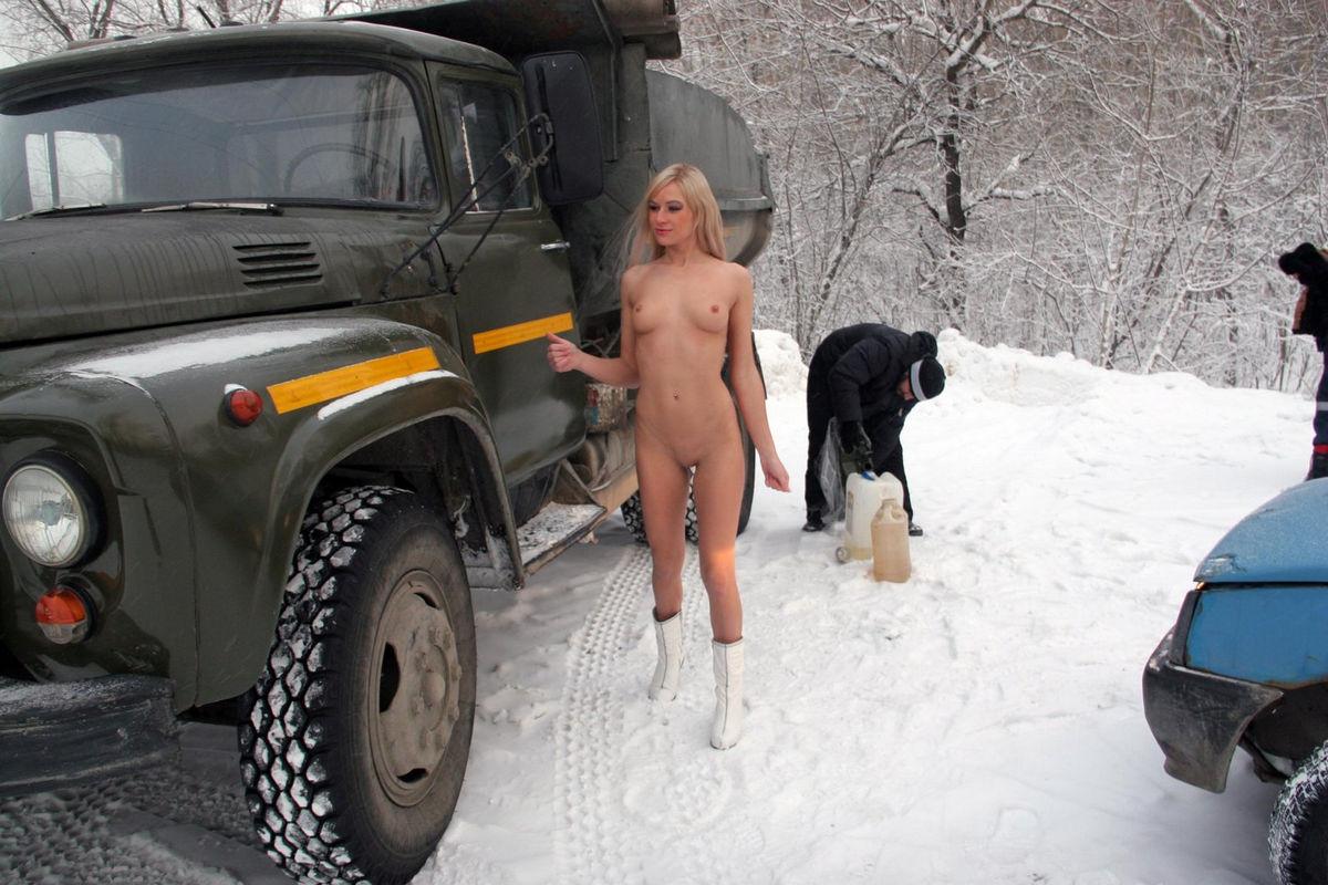 Фото эротика на снегу 10 фотография