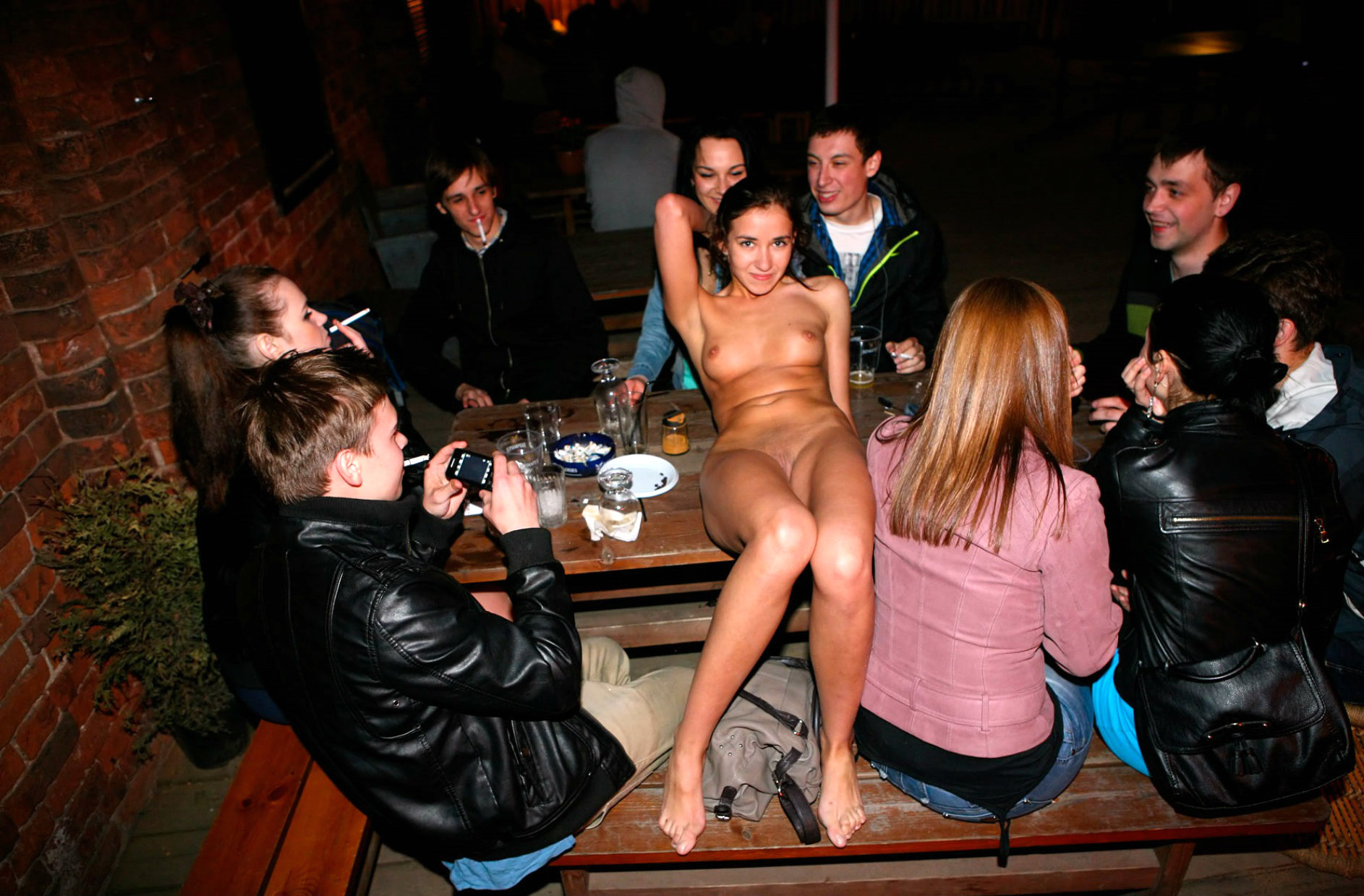 couples-pics-sex-in-a-bar-foggy-udon-lesbain