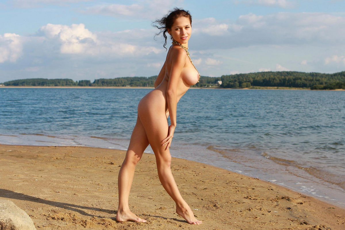 naked girl with great big boobs posing at the lake's beach: liveracing