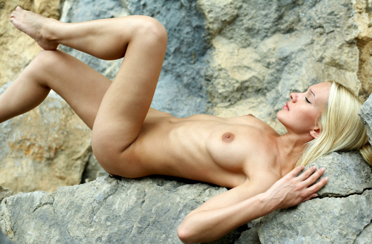 Naked Long-Haired Blonde Posing On The Rocks Near Sea -7789