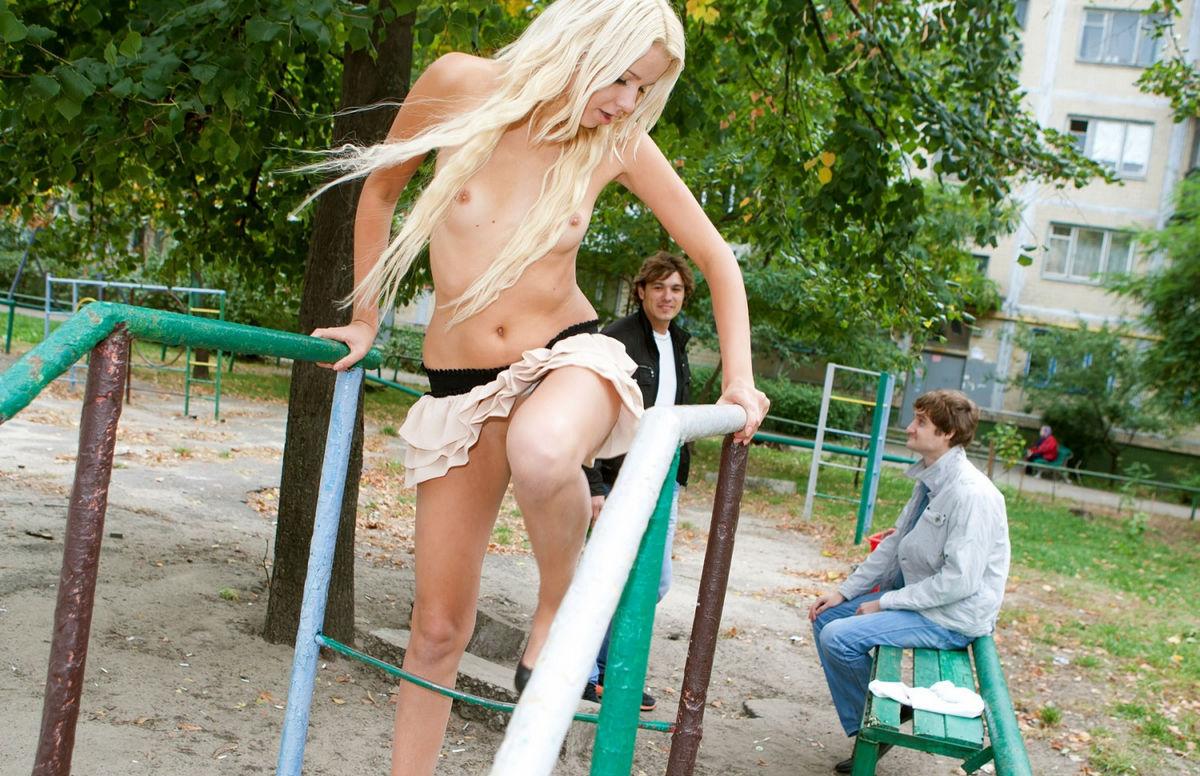 сняла трусики в парке раздумывая, парень