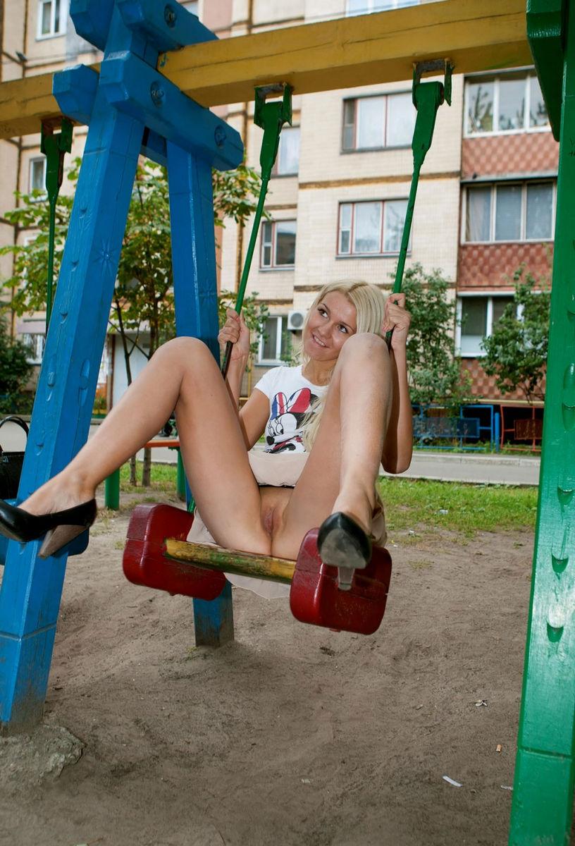 Девушки на улице снимают трусики