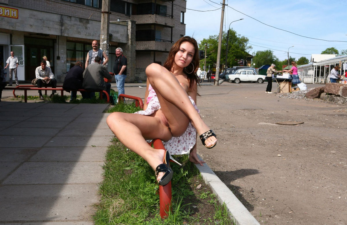 голые на улице раздевают - 4