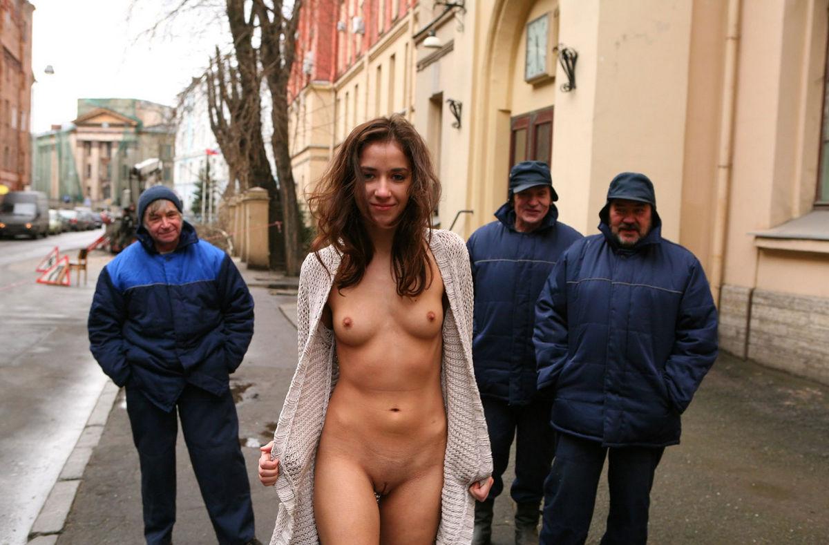 Девушка раздевается в общественных местах