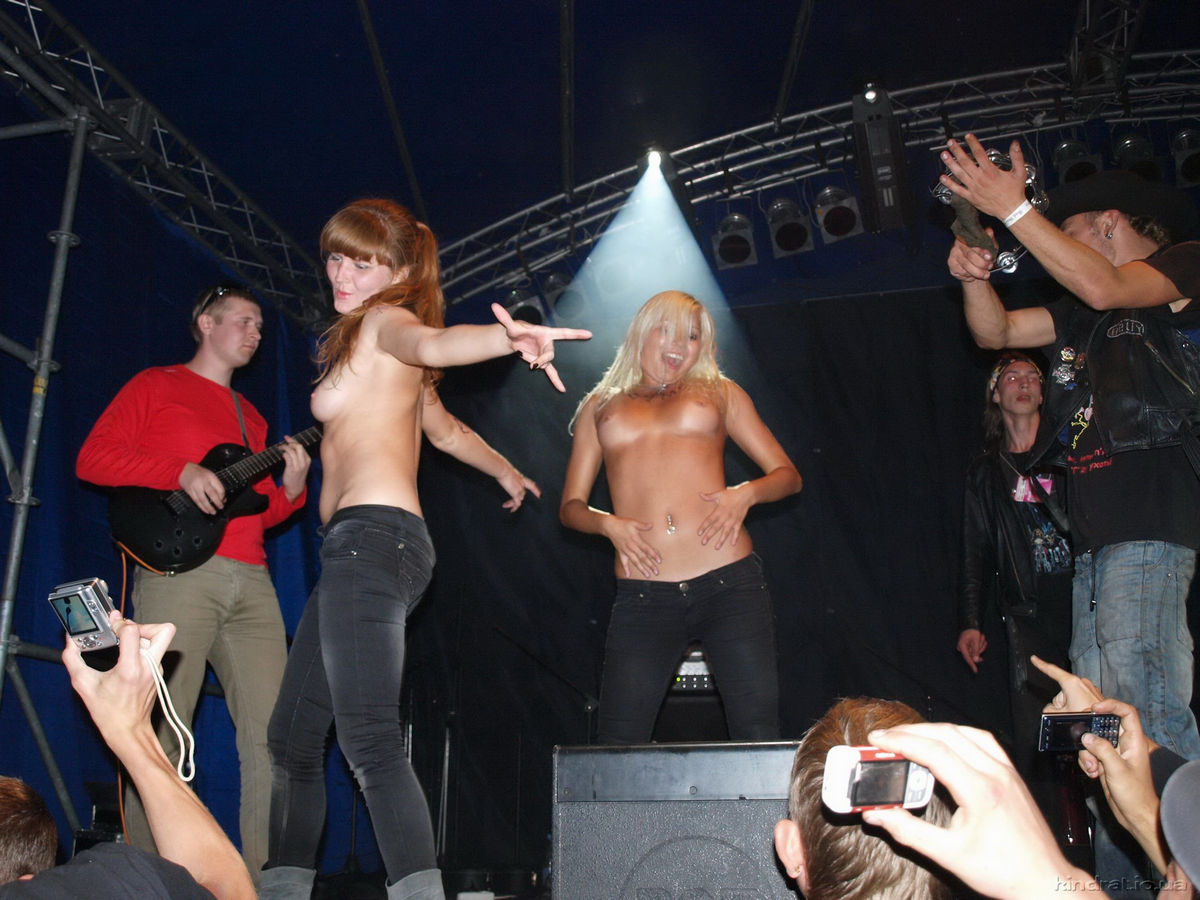 Naked girls at rock concerts — photo 9