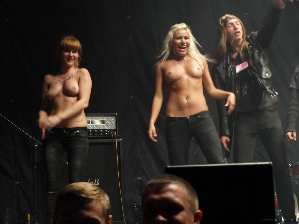 Naked girl at concert really