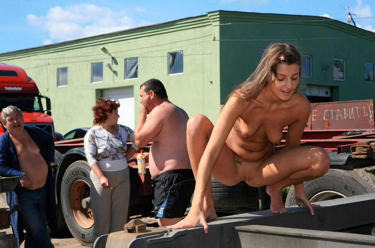 nude-women-flashing-semi-trucks